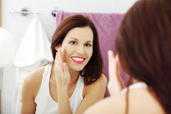 Young woman reapplying her face. Royalty Free Stock Photos