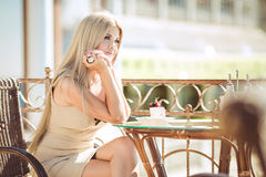 Young woman relaxing in an outdoor cafe Royalty Free Stock Photos