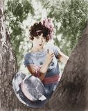 Young woman scolds a knotty tree Royalty Free Stock Photos