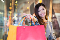 Young woman shopping in mall Royalty Free Stock Photography