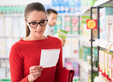 Young woman shopping at the supermarket Royalty Free Stock Images