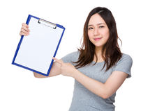 Young woman show with the clipboard Royalty Free Stock Photos