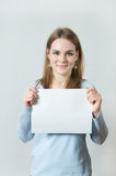 Young woman showing blank piece of paper Royalty Free Stock Images