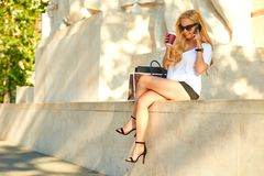 Free Young Woman Siting And Talking On Her Phone Royalty Free Stock Images - 103432489
