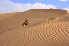 Young woman sitting on dunes, Thar desert, Jaisalmer, India Royalty Free Stock Photos