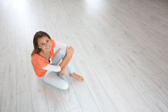 Young woman sitting on the floor relaxing Royalty Free Stock Photos