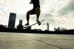 Young woman skateboarder skateboarding Royalty Free Stock Photography