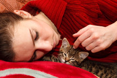 Young woman sleeping with kitten Royalty Free Stock Photos