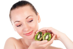 Young woman with slices of kiwi Royalty Free Stock Photos
