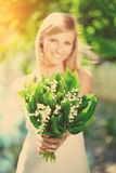 Young woman smiling and give a bouquet of flowers Royalty Free Stock Photos