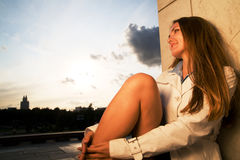 Young woman smiling at sunset Royalty Free Stock Photos