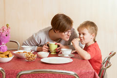 The young woman speaks with small boy Royalty Free Stock Images