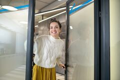Free Young Woman Standing At The Door, Smiling Happily Royalty Free Stock Image - 176114946