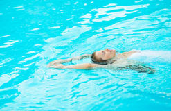 Young woman swimming in pool Stock Photography