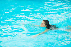 Young woman swimming in pool Royalty Free Stock Photography