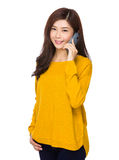 Young woman talk to cellphone Royalty Free Stock Photography