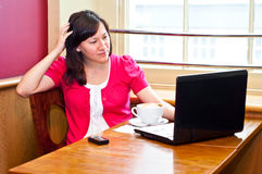 Young woman using her laptop in a cafe Royalty Free Stock Photography