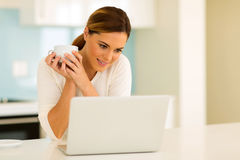 young woman using laptop Royalty Free Stock Photos