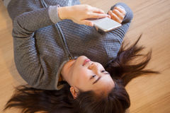Young woman using smart phone Royalty Free Stock Photography