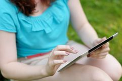 Young woman using tablet computer Royalty Free Stock Photography