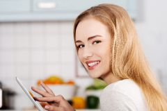 Young woman using a tablet computer at home Royalty Free Stock Photos
