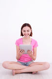 Young woman using tablet pc Royalty Free Stock Photos