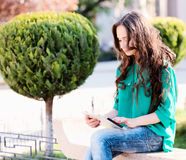 Young woman using tablet Royalty Free Stock Photos