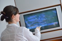 Young woman watching tv at home Royalty Free Stock Photography
