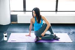 Young woman working out on yoga mat Royalty Free Stock Photos