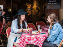 Young women friends have afternoon snack at Montmartre cafe, Par Stock Photo