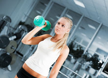 Young women lifting free weights Royalty Free Stock Photos