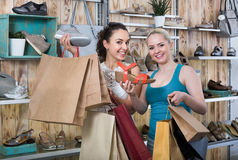 Young women shopping shoes Royalty Free Stock Photography