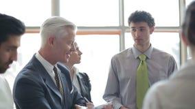 Youngbusinessman che fa presentazione del progetto al investio senior stock footage