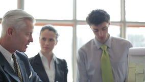 Youngbusinessman danandepresentation av projektet till den höga investioen lager videofilmer