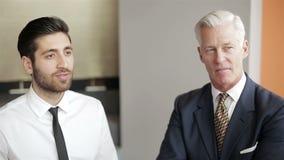 Youngbusinessman robi prezentaci projekt starszy investio zbiory