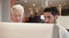 Youngbusinessman robi prezentaci projekt starszy investior zdjęcie wideo