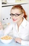 Youngbusineswoman, das ihre Diätmahlzeit isst. Stockbilder