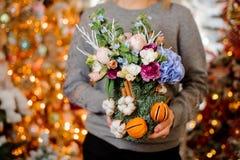 Younggirl держа коробку рождества различных цветков стоковая фотография rf