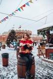 Younggirl op het rode Vierkant door de wintervakantie in het modieuze en mooie stellen van Moskou, dichtbij aan Kerstboom stock foto's