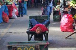 Youngkid que trabalha transportando o alimento para clientes em um mercado das Honduras imagens de stock