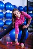 Youngwoman exercising in a fitness center Stock Photography