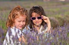 Younmeisjes met lavendelbloemen Royalty-vrije Stock Foto's