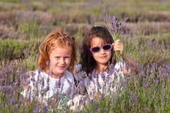 Younmeisjes met lavendelbloemen Stock Afbeeldingen