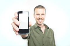 Younmens die een slimme telefoon tonen stock afbeelding