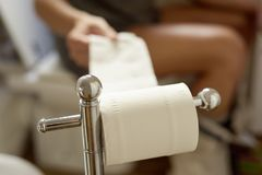 Younmens in het toilet royalty-vrije stock afbeelding