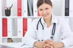 Yount亚裔女性微笑的治疗师与患者谈话 库存照片