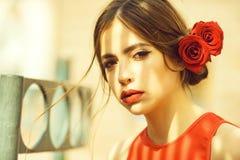 youth vrouw met rode lippen en rozen in haar royalty-vrije stock afbeelding