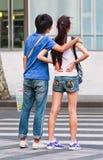 Youthfull vänner på gatan, Shanghai, Kina Arkivbild