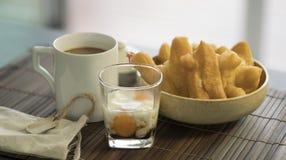 Youtiao中国多福饼和老牌泰国地方咖啡 库存图片