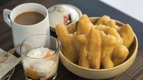 Youtiao中国多福饼和老牌泰国地方咖啡 库存照片